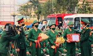 Thừa Thiên Huế: Cán bộ y tế lên đường nhập ngũ
