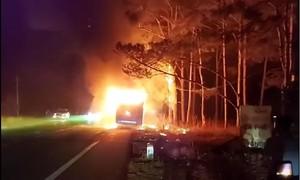 Đắk Nông: Xe khách giường nằm bốc cháy ngùn ngụt trong đêm
