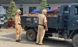 Công an Chợ Mới tạm giữ 21 xe tải chở đất mặt trái phép