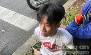 """Video CSGT giải cứu """"nóng"""" tài xế xe buýt bị kẻ nghi ngáo đá dùng dao uy hiếp"""