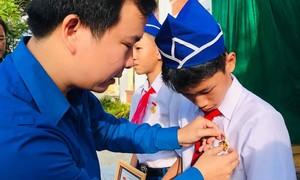 """Tặng Huy hiệu """"Tuổi trẻ dũng cảm"""" cho 3 học sinh cứu người đuối nước"""