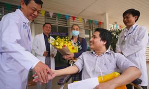 Chàng trai 11 năm 'thường trú' trong bệnh viện được xuất viện về nhà