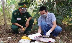 Hai đối tượng bỏ lại 12.000 viên ma túy, trốn vào rừng sâu