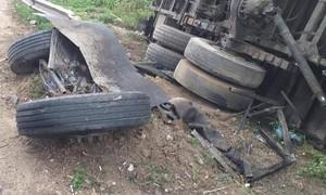 Xe tải gãy rời bánh sau tai nạn, tài xế kẹt trong cabin biến dạng