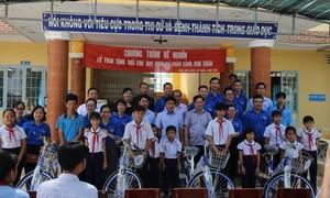 Đoàn thanh niên Tòa án tỉnh Long An về nguồn, tặng quà trẻ em nghèo học giỏi