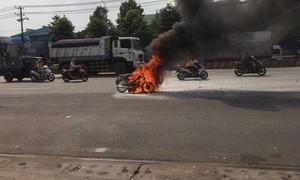 Xe máy bốc cháy dữ dội, nữ sinh hoảng hốt quăng xe thoát thân