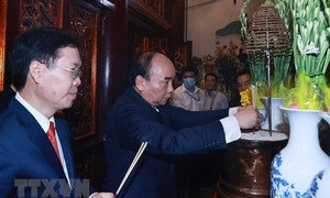 Chủ tịch nước và Thường trực Ban Bí thư dâng hương tưởng niệm các Vua Hùng
