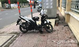 Xe máy va chạm với nữ sinh rồi văng lên vỉa hè, thiếu niên tử vong