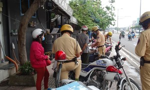 Nhiều người bị CSGT TPHCM phạt vì rẽ qua đường ray, chấp biển báo cấm