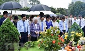 Dâng hương tưởng niệm cố Bộ trưởng Ngoại giao Nguyễn Cơ Thạch