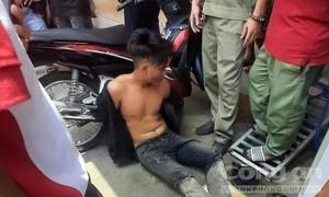 Chủ tiệm vàng lao ra đạp đổ xe tên cướp, người dân hỗ trợ bắt gọn