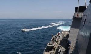 Tàu tuần duyên Mỹ bắn 30 phát cảnh cáo xuồng máy của Iran