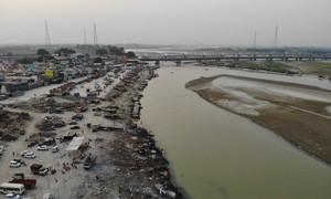 Thảm cảnh ở Ấn Độ: Nhiều thi thể bệnh nhân Covid-19 trôi trên sông Hằng