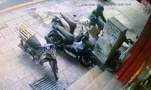 Tài xế xe ôm công nghệ lao xe máy vào tên trộm xe SH ở Sài Gòn