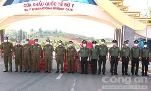 Công an TPHCM trao tặng vật tư y tế hỗ trợ Công an Lào chống dịch