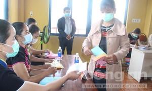 Hình ảnh các cử tri 6 xã biên giới ở Quảng Nam hào hứng đi bầu cử sớm