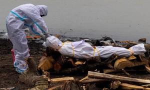 Quan chức Ấn Độ thừa nhận có xác chết vì Covid-19 trôi sông Hằng
