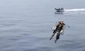 Clip lính Anh mặc giáp bay đổ bộ lên chiến hạm như phim hành động