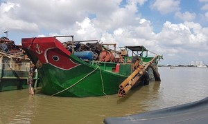 """Công an huyện Cần Giờ tìm chủ chiếc tàu """"khủng"""" khai thác cát trái phép"""
