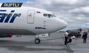 Clip lực sĩ Nga kéo máy bay nặng 40 tấn di chuyển 15m