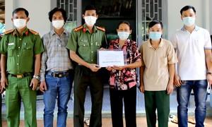 Trao 100 triệu đồng hỗ trợ Công an viên bị thương nặng khi truy bắt cướp
