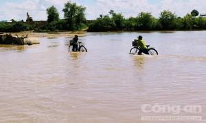 Người dân liều mình lội qua sông để đi làm hàng chục năm trời
