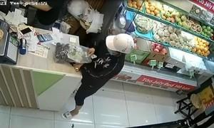 """Clip nữ quái làm """"ảo thuật"""" trộm tài sản tại cửa hàng bán trái cây ở Sài Gòn"""
