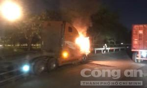 Xe container bốc cháy trên cầu vượt ở Sài Gòn