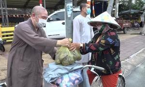 Nhà chùa tham gia giải cứu khoai lang, mua về tặng miễn phí người dân