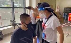 Nghệ sĩ ở TPHCM đi chợ giúp dân, cắt tóc cho y bác sĩ