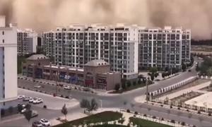 """""""Bức tường"""" cát cao hơn 100m ở Trung Quốc"""