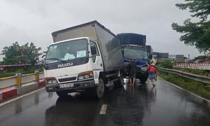 TPHCM: Tông vào đuôi xe tải gặp sự cố dừng sửa chữa, 3 người bị thương