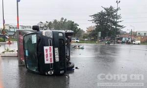 Tránh xe máy vượt đèn đỏ, xe chở thực phẩm lật nhào ở Sài Gòn