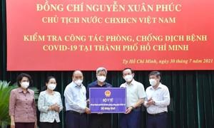 Đoàn công tác của Chủ tịch nước tặng TPHCM 103 tỷ đồng, 30 máy thở