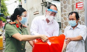 Lãnh đạo TPHCM thăm, tặng quà bệnh nhân COVID-19 khỏi bệnh về nhà
