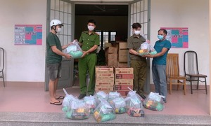 Công an xã Lộc An đồng hành cùng người dân nghèo vượt qua đại dịch