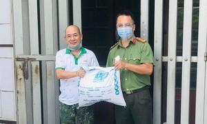 Tặng quà cho công nhân viên Trung tâm thể thao Công an TPHCM