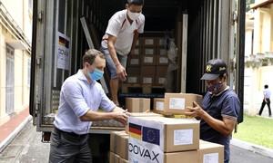 Hơn 850.000 liều vaccine Đức hỗ trợ Việt Nam về đến Hà Nội
