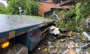 Bình Dương: Xe đầu kéo tông sập nhà dân lúc rạng sáng
