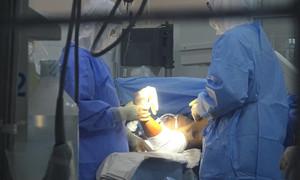 Cứu nam thanh niên bị máy cắt giấy cắt lìa cả hai bàn tay