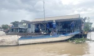 Di dời hàng chục nhà nổi trên sông Hậu để phòng chống dịch COVID-19