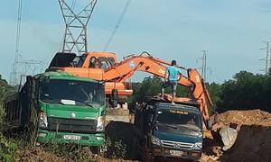 Khai thác đất trái phép ngay dưới đường dây điện 500KV