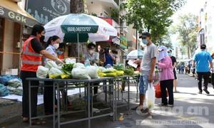 """Người dân vùng xanh ở TPHCM đi """"chợ dã chiến"""" mua hàng hóa"""