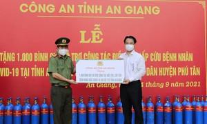 Công an An Giang tặng 2.000 bình oxy và 50 tấn gạo hỗ trợ chống dịch