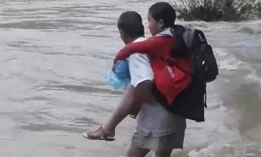 Về clip cha cõng con gái vượt sông trong bão lũ đến trường