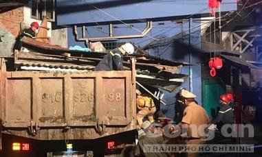 Xe ben cuốn xe máy vào gầm, tông sập nhà dân ở Sài Gòn