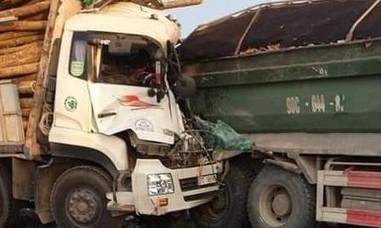 Xe tải tông đuôi xe ben, 2 người tử vong trong cabin bẹp dúm