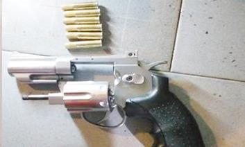 Ba đối tượng tàng trữ ma túy thủ súng ngắn phòng thân