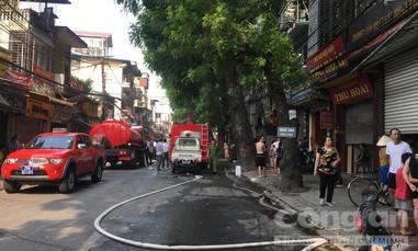 Cháy nhà, nhiều người nhảy từ tầng 4 sang mái tôn hàng xóm thoát thân