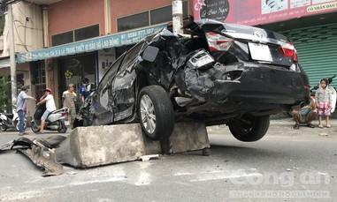 Ô tô Camry bị container tông nát ở Sài Gòn